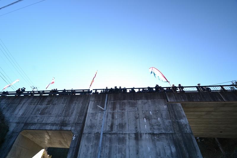 橋の上から見物人