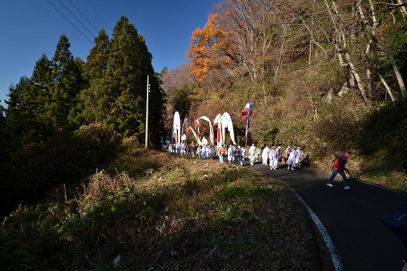 山道へ練り歩く旗行列